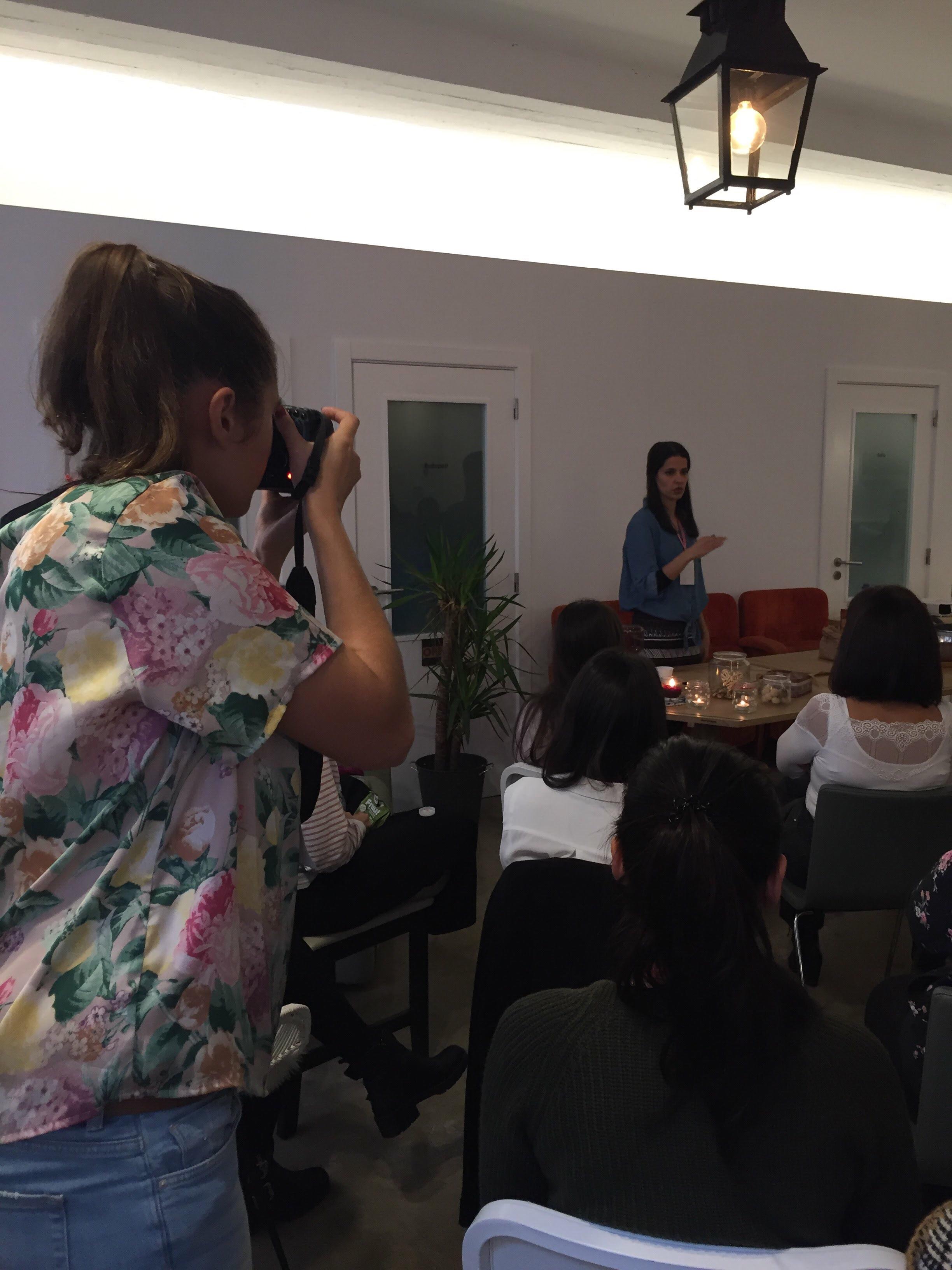 Bless woman a fotografar o Blogging for a cause