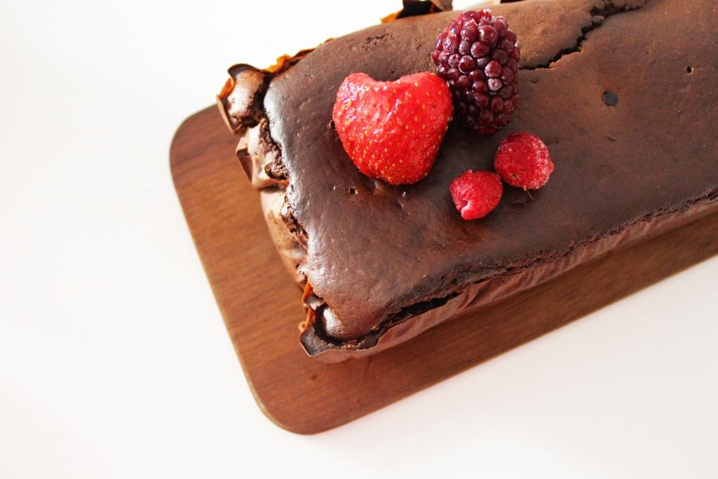 bolo de alfarroba e frutos vermelhos